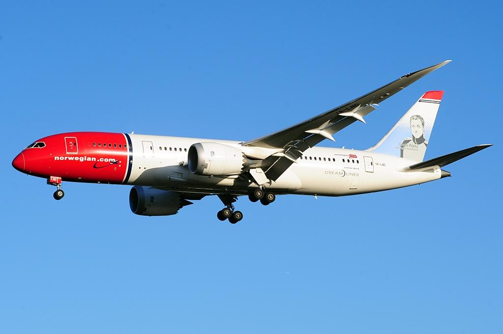 Norwegian_Long_Haul_B787-8_LN-LND_(29784411145)
